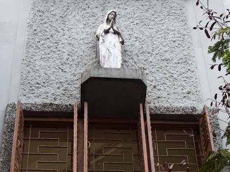 Window and small statue on the corner of the Mother Teresa house