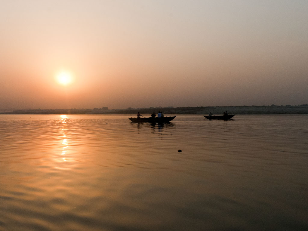 Siddhartha  d 'Hermann Hesse   Grandiose !!! Varanasi-ganges-cruise-a-early-morning-boats-on-the-ganges-river-at-sunrise