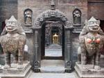 Stone lions guarding the entrance to the Golden Temple