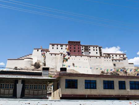 Shigatse Fort, looking very similar to a smaller Potala Palace found in Lhasa